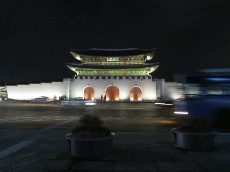 Gwanghwamun (광화문) sits between two significant public spaces: Gyeongbokgung Palace (behind the gate) and the newly opened Gwanghwamun Square(광화문광장). Unfortunately the square is more like an island with 6-lane roads surrounding it.