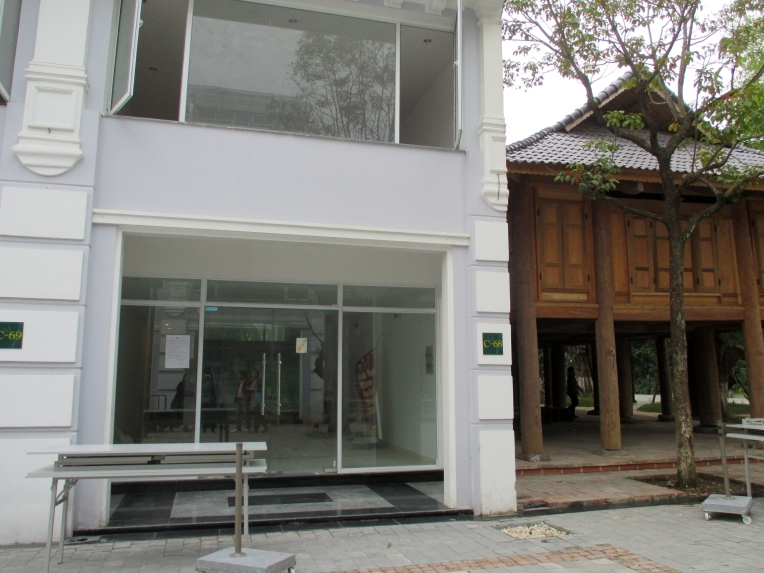 Ecopark makes a reference to traditional Vietnamese architecture: adjacent to a shophouse (left) is a communal house (right) to be shared by residents for meetings and parties.